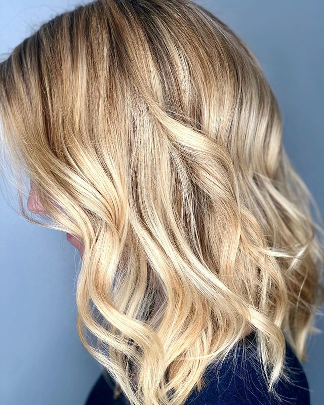 This golden lob gives the perfect summer glow 💛  @victoriagriffin_hair . . . #razzmatazzhairstudio #capecodhair #capecodhairsalon #capecodstylist #bestofcapecodlife #balayage #foilayage #foiltechnique #paintedhair #wavedhair #maneinterest #ittakesapro #btcfirstfeature #behindthechair #modernsalon #saloncentric #cosmoprofbeauty #americansalon #redkenshadeseq #olaplex #licensedtocreate #hairgoals #livedinblonde #masterofbalayage #beautylaunchpad #moroccanoilpro