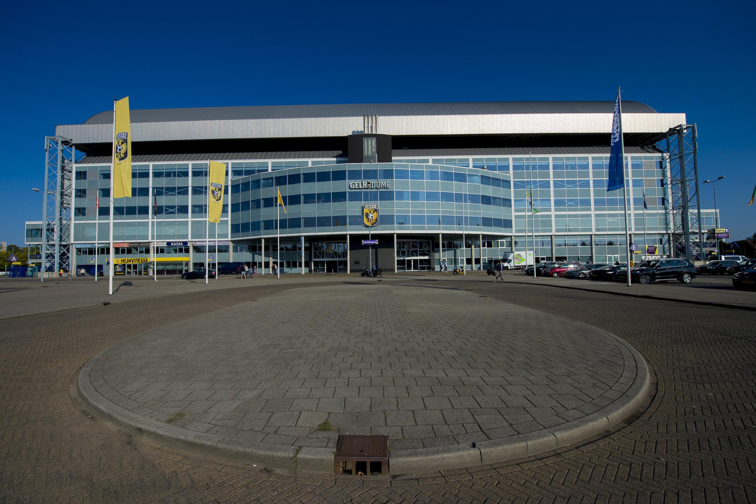 Vitesse - LET OP! Alleen in de fanshop de besteden.Vitesse is de enige betaalde voetbalclub uit Arnhem en behoort tot de subtop van Nederland. De club werd in 1892 opgericht en is daarmee de oudste voetbalclub in de Eredivisie. In het seizoen 2016/2017 werd de eerste grote prijs gewonnen, de KNVB Beker. Sinds 1998 speelt Vitesse haar thuiswedstrijden in GelreDome. In het stadion bevindt zich ook MijnVitesse, de Fanshop waar je terecht kunt voor al jouw fan artikelen. Van officiële wedstrijdshirts tot trainingskleding en van sjaals tot wedstrijdtickets.Kijk voor meer info en de openingstijden op www.vitesse.nl/mijnvitessegelredome