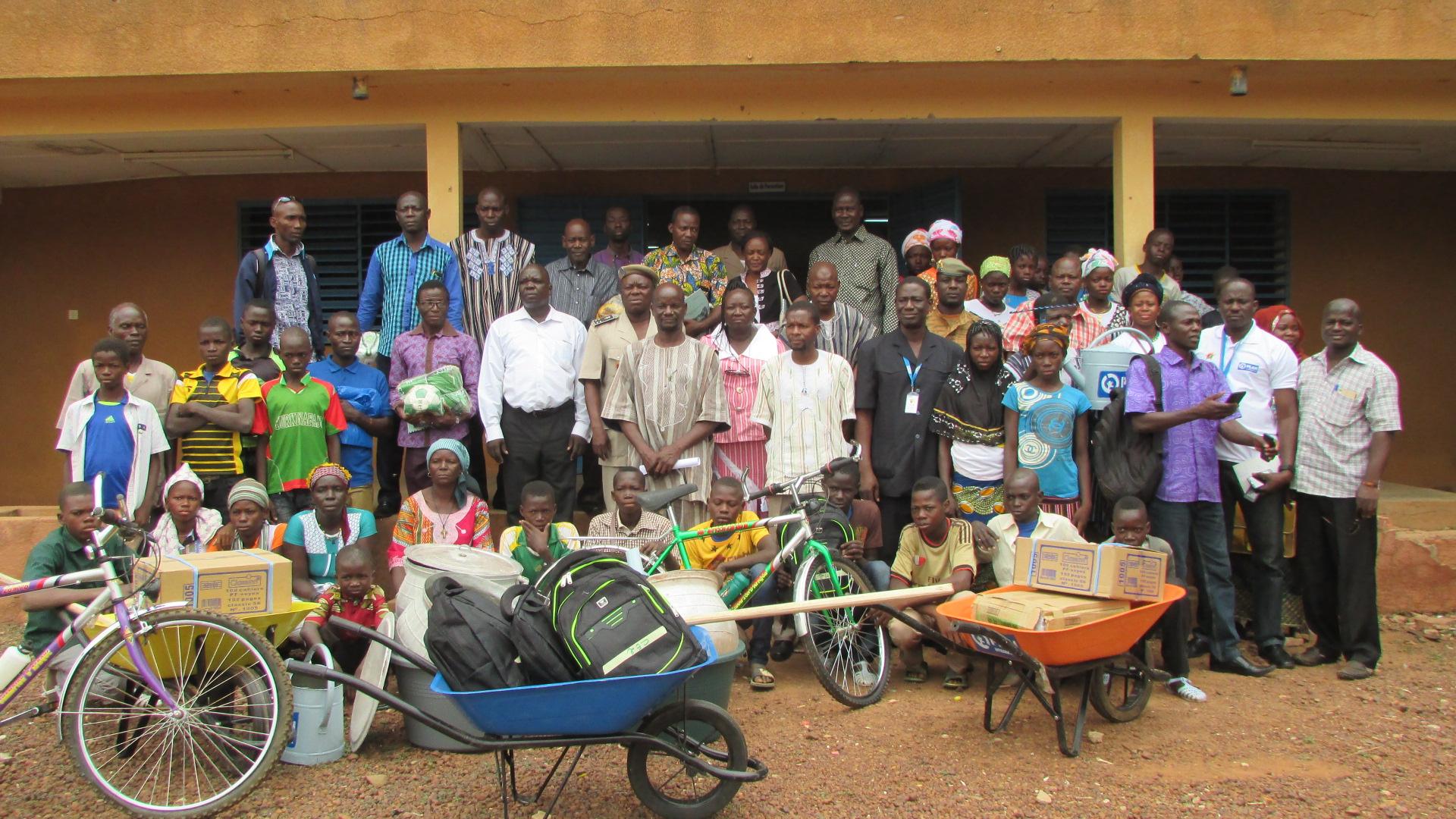 Deltakerne på forumet, med premiene som ble delt ut til lærere, elever og bidragsytere