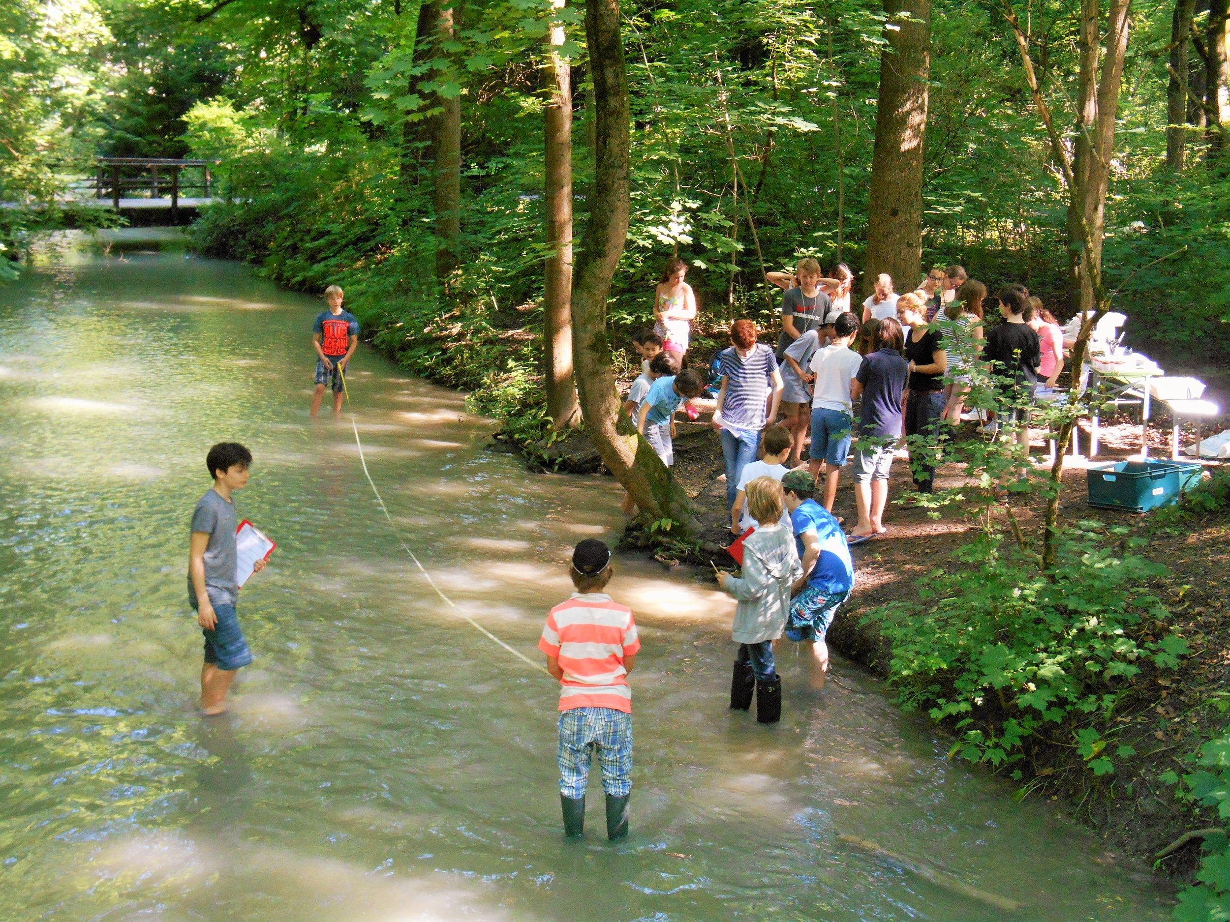 6. Klasse Bei der Gewässer-Exkursion im Englischen Garten