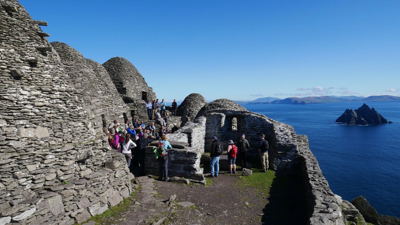 Monasterio del Siglo VI y Skellig Island de fondo