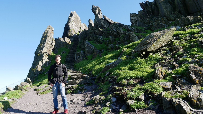 Toni camino a la cima de Skellig Michael Island