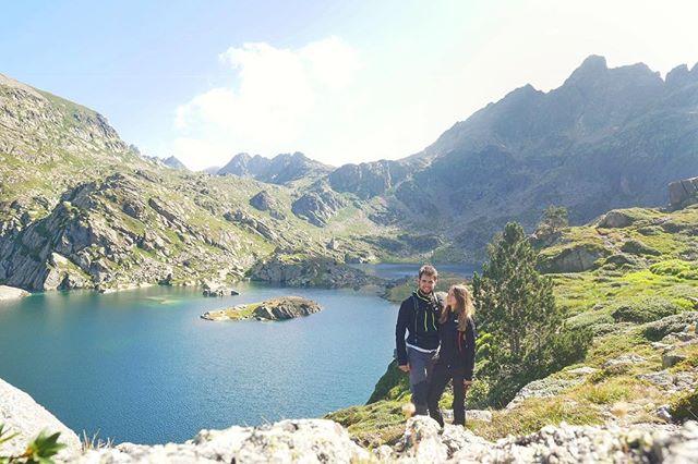 @sembrando_coordenadas nos ha nominado al #reto3palabras ☺. El objetivo es definir nuestro país favorito con tan solo tres palabras🖋. Ha sido muy difícil escoger un sólo país, pues siempre que viajamos nos encontramos con lugares especiales🧐. Sin embargo, hay una característica que solo tiene #Andorra, y es la posibilidad de llamarlo #hogar 🏡. Por este motivo, Andorra es el país elegido, aunque nos faltan dos palabras! Así que esas dos palabras serán #Naturaleza y #Nieve ❄ ¿Qué opinas? . ▪La foto es del lago más grande de Andorra👆, descúbrelo todo en el link de la bio. . @tripddy , @hugoolaizola y @wanderonworld cómo definiríais en tres palabras vuestro país favorito 😜? . . #somostravelholics . . #andorralovers #mountains #nature #pirineus #landscape #travel #travelbloggeres #instatravel #lugaresimperdibles #bcntb #forbestravelguide #wanderlust