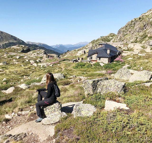 Muchos nos habéis preguntado si subir al lago Juclar es complicado 🏔 Así que os hemos escrito un artículo al respecto (link en la bio☝🏻) pero tened en cuenta que la dificultad es media y la duración de la excursión de aproximadamente 4-5 horas. En la foto se ve el Refugio guardado de Juclar 🏠 Allí hacen comidas y cenas y te puedes quedar a pasar la noche 🌌 Nosotros lo tenemos pendiente☺ . . #somostravelholics . . #viajar #montañas #nature #pirineus #landscape #andorra #travelbloggeres #instatravel #lugaresimperdibles #bcntb #forbestravelguide #wanderlust #travelbloggers #travelgirl #girlslovetotravel #trekking