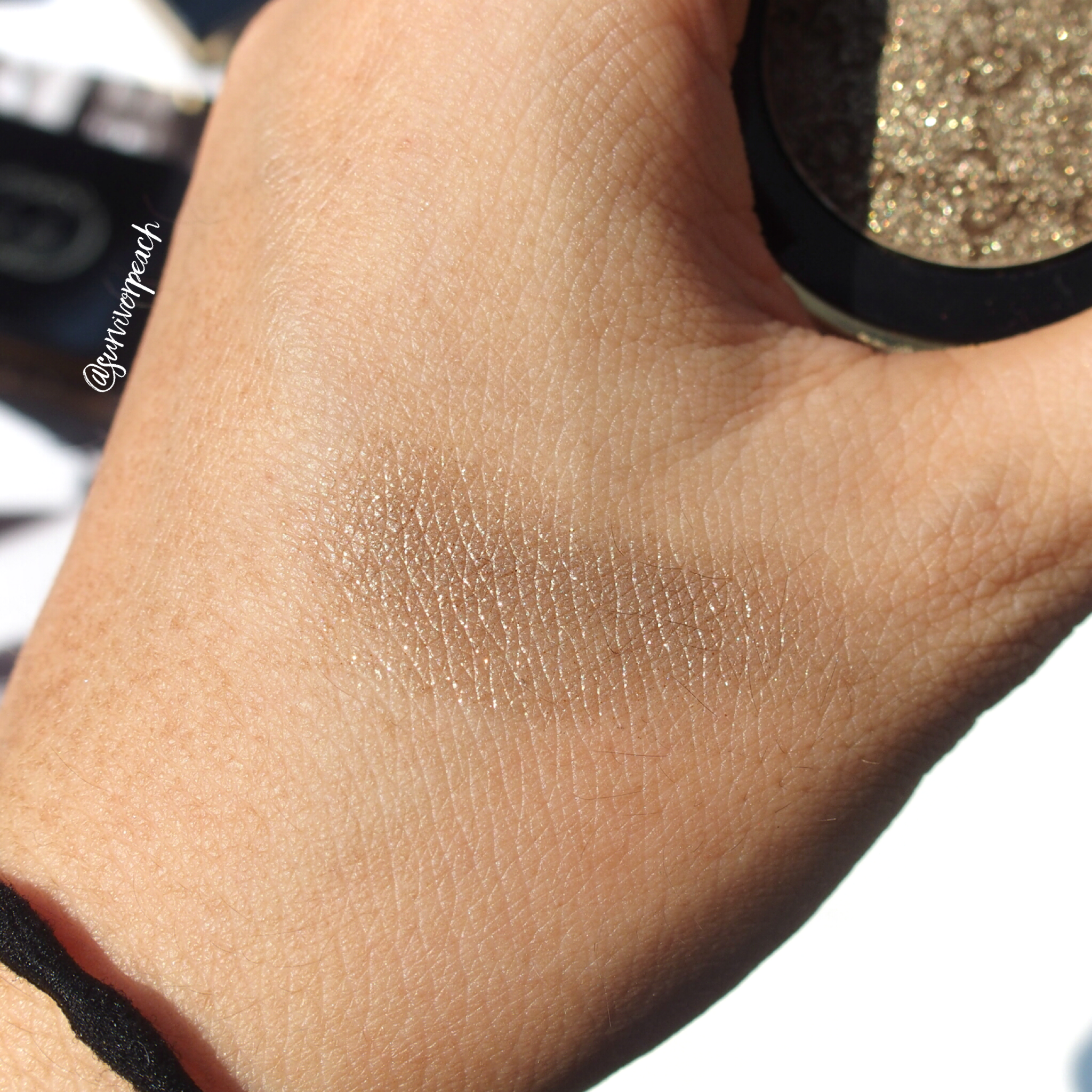 Swatches of the Gucci Magnetic Color Shadow Mono in shade Iconic Gold