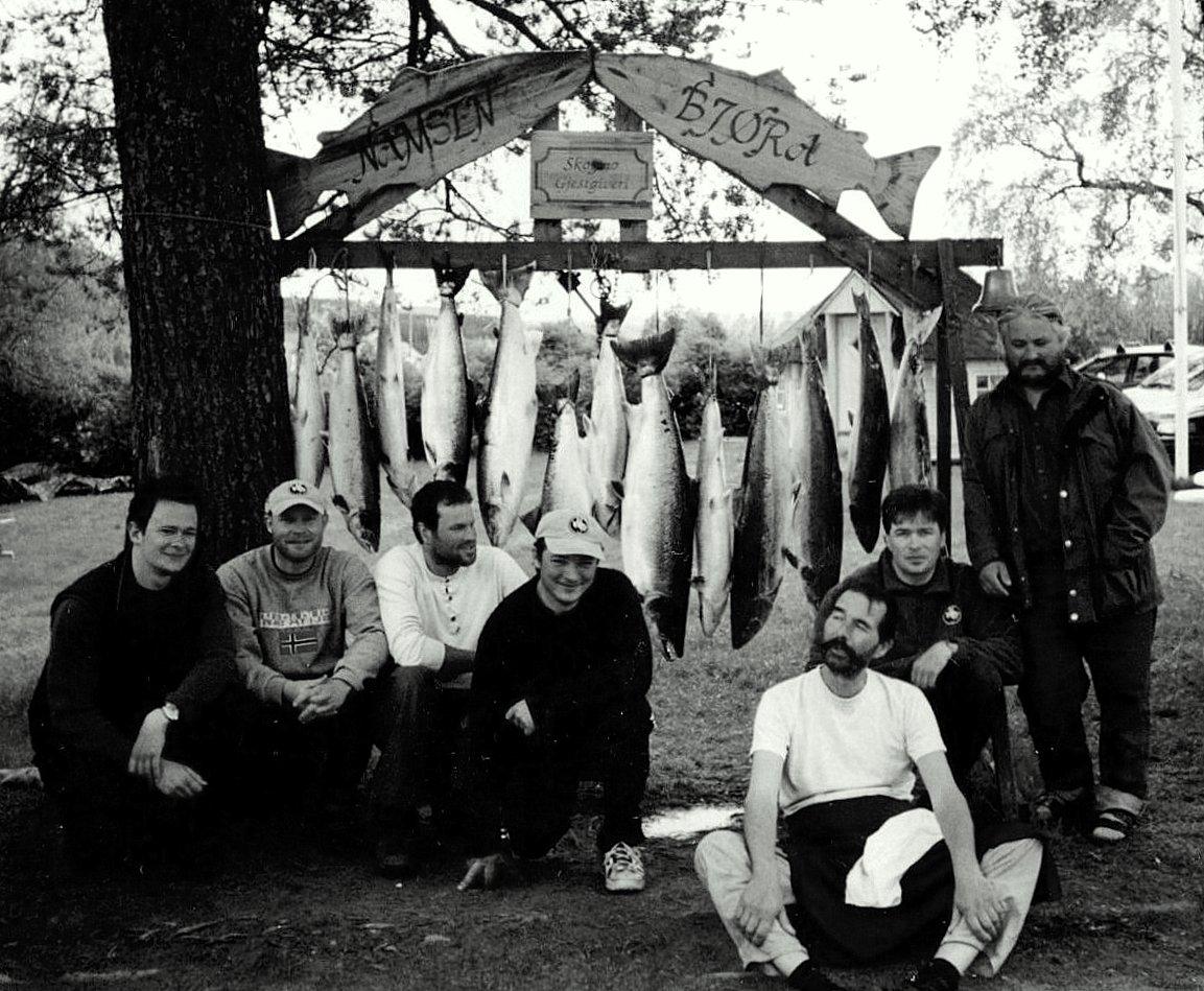 Ukesfangst fra Bjøra, et sidevassdrag til den mer kjente Namsen, fra en tid der det var langt mer fisk påelva og ingen begrensninger for hvor mye hver sportsfisker kunne ta ut av laks. I dag må stangfiskerne forholde seg til kvoter for å sikre at uttaket holdes på et forsvarlig nivå. Foto: Per Holmstad