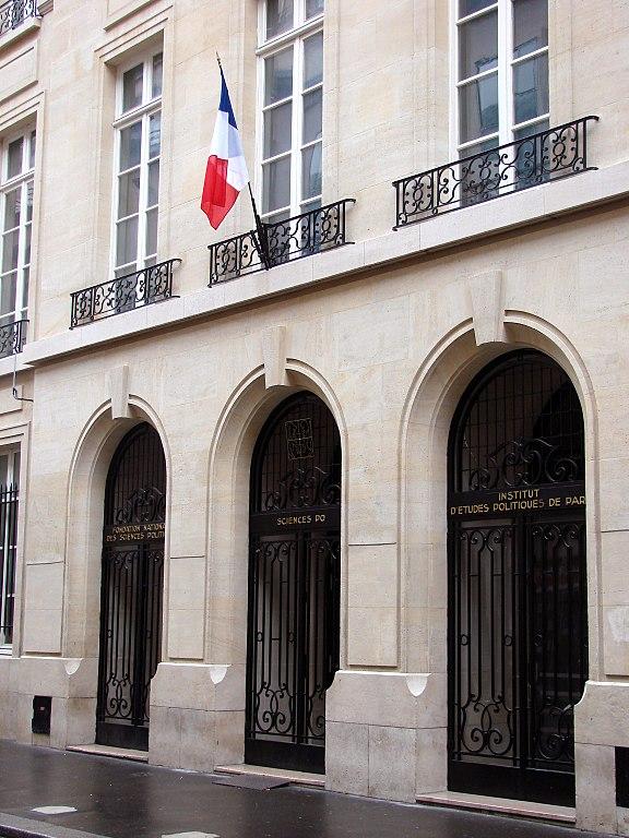 Entrée du 27 rue Saint-Guillaume, en 2006 (Crédit : CC/peco