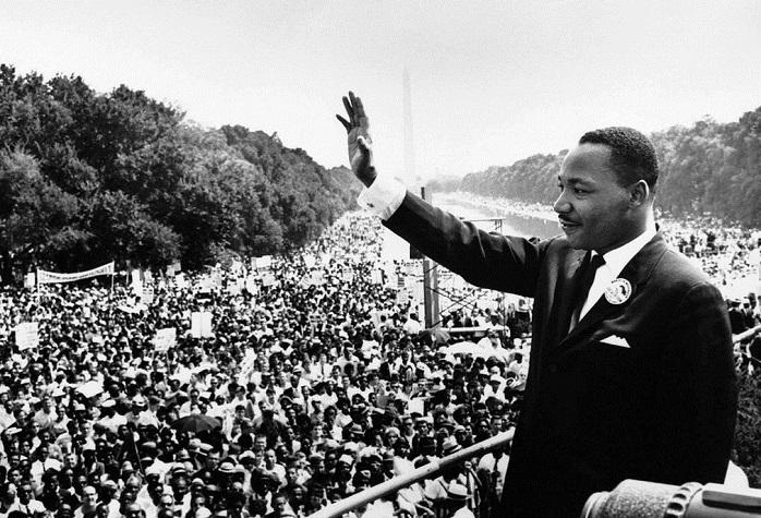 """Martin Luther King au Mémorial de Lincoln à Washington, le 28 août 1963, le jour où il prononce son célèbre discours """"I Have a Dream"""". (Domaine public)"""