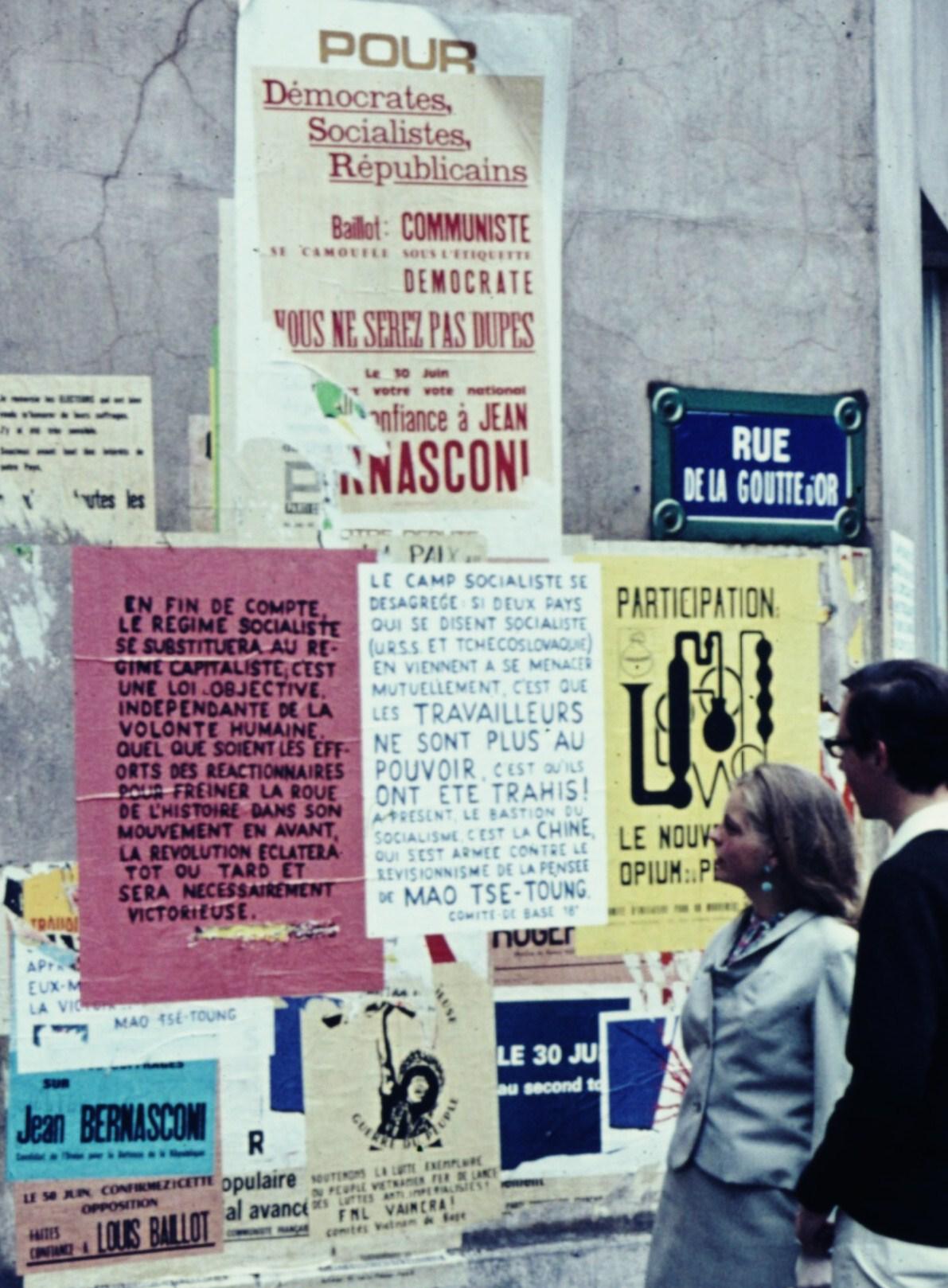 Posters, rue de la Goutte d'Or, en mai 1968 (Crédit photo : Robert Schedwy)