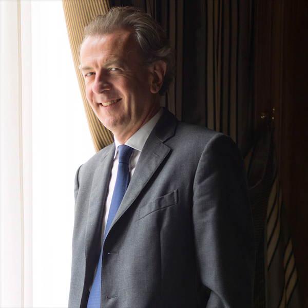 Laurent Gardinier - Le restaurateurAvec ses deux frères, il a racheté Le Taillevent, haut lieu du patrimoine culinaire français, qui a inspiré jusqu'au film Ratatouille. Entrez avec lui dans l'univers feutré des restaurants étoilés.