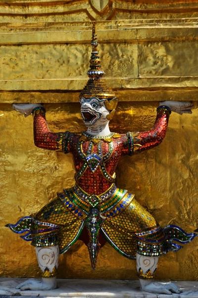 Une statue de démon dans l'enceinte du Palais Royal de Bangkok en Thaïlande (crédits photo : Maïna Marjany)