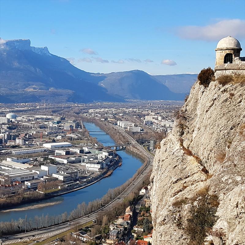Grenoble - Une métropole aux deux visagesLa capitale des Alpes fait cohabiter deux mondes étanches, entre quartiers en déchéance et espaces insérés dans la mondialisation heureuse.