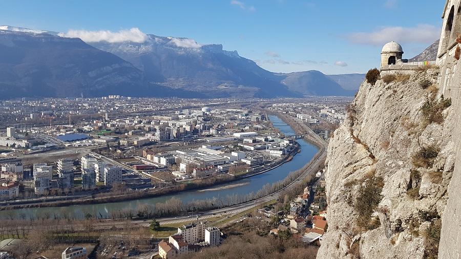 Le fort de la Bastille, qui surplombe Grenoble, offre une vue imprenable sur la ville et les Alpes. En contrebas, séparés par quelques kilomètres, un accélérateur de particules et des quartiers en grande difficulté. Crédits photo : Antoine Beau