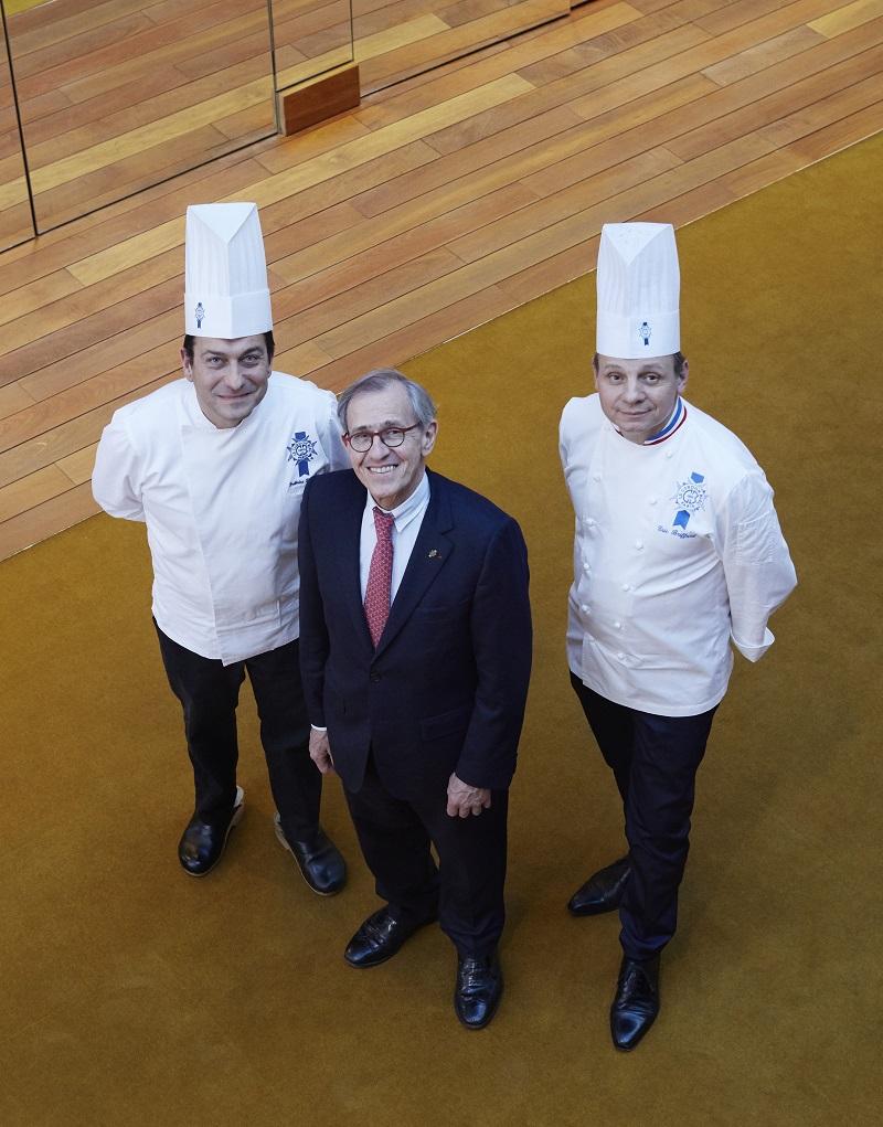 André Cointreau entouré de ses deux chefs, Éric Briffard (à dr.) et Fabrice Danniel (à g.). Crédits photo : Aglaé Bory