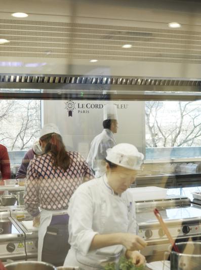 Cour de cuisine au Cordon Bleu. Crédits photo : Aglaé Bory