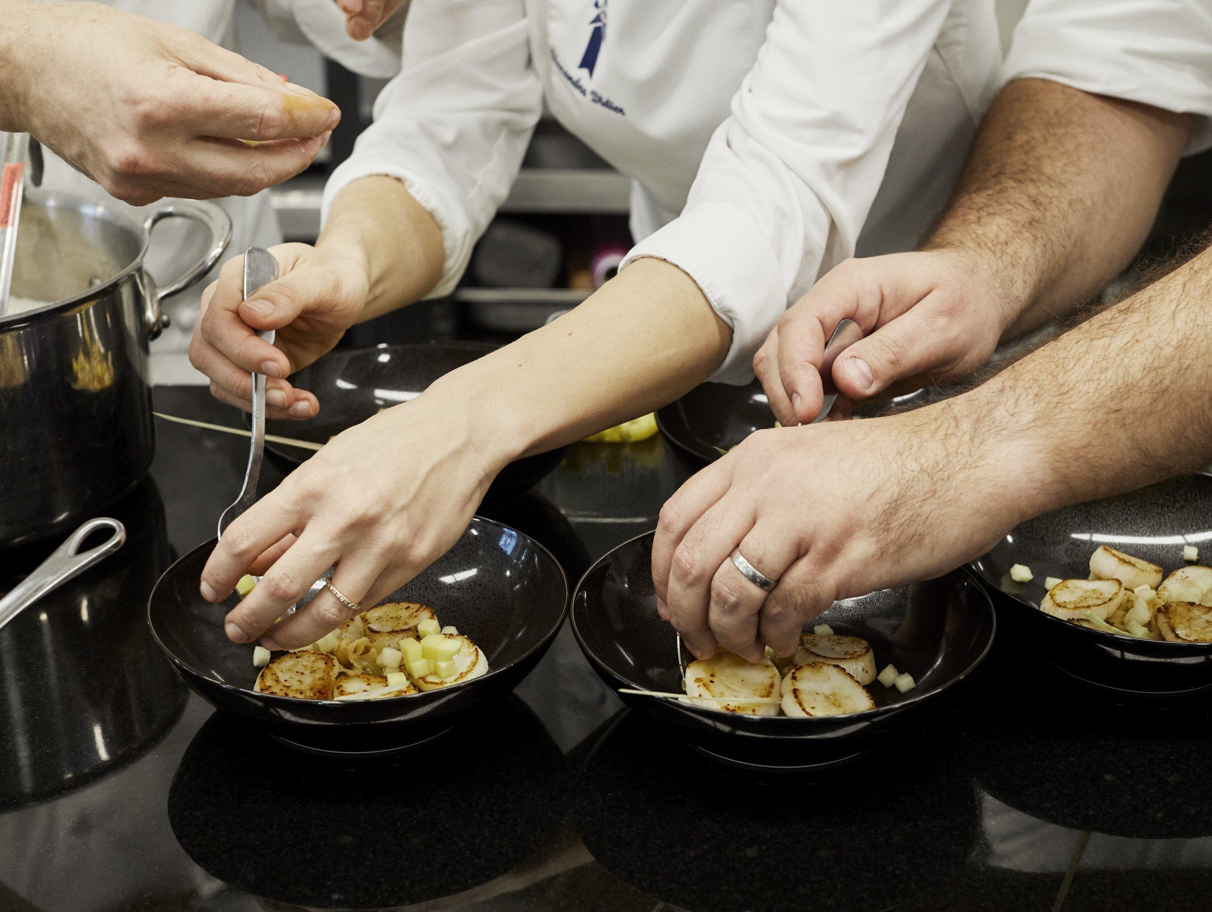 Les cuisiniers du Cordon Bleu en pleine action. Crédits photo : Aglaé Bory