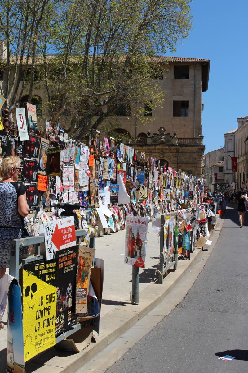 Les affiches des spectacles du Festival OFF d'Avignon fleurissent chaque année dans les rues de la ville. (Crédits photo : Manon Flouret)