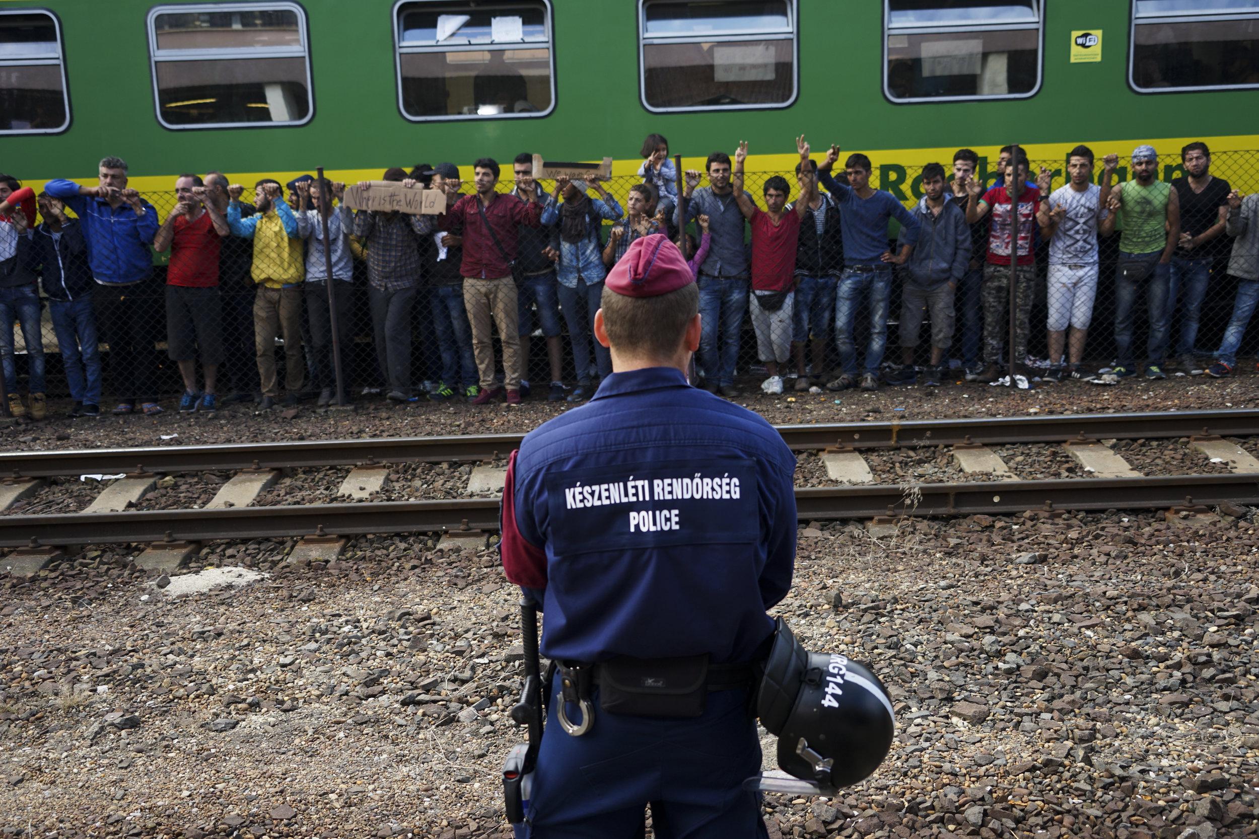 Des réfugiés syriens manifestent à la gare de Budapest-Keleti, le 4 septembre 2015. Crédit photo : Mstyslav Chernow