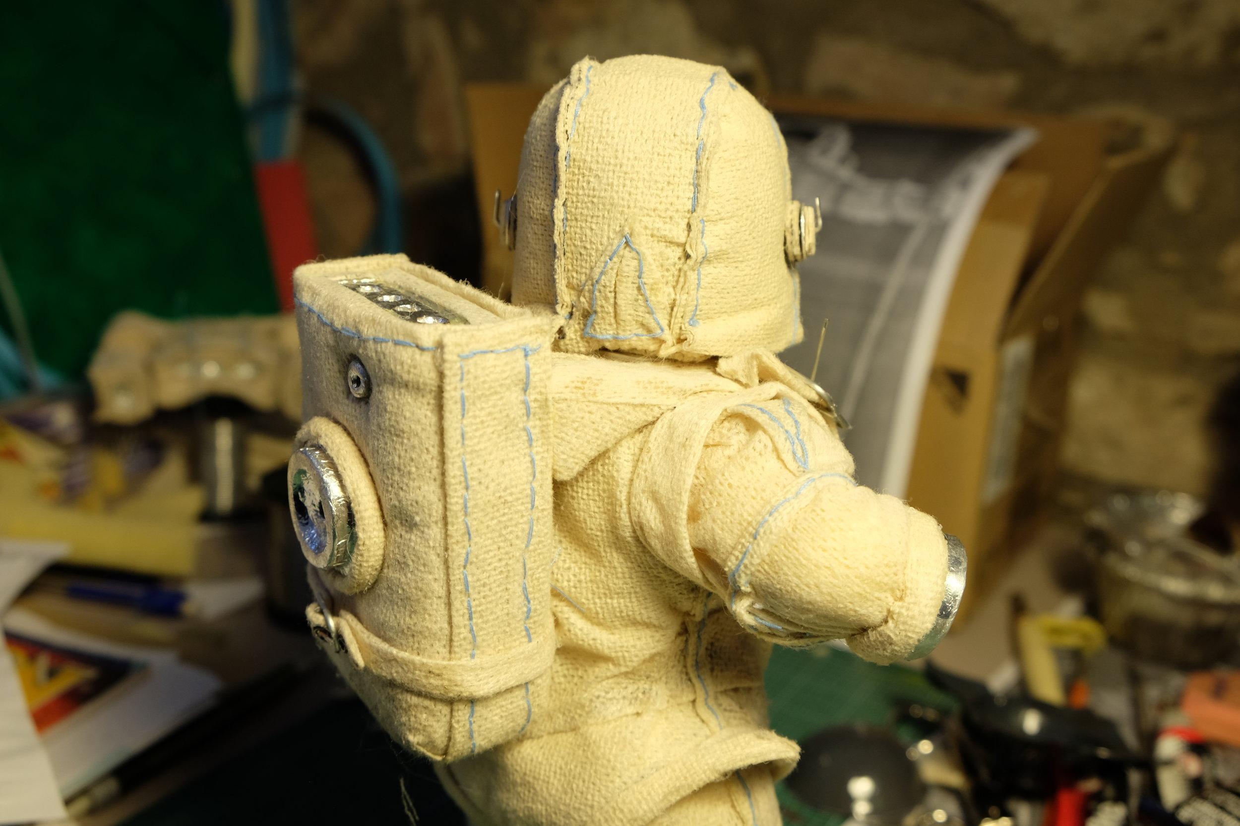 Conception de marionnette  Conception des accessoires et des habits  Tissus / acier / aluminium / mousse / thermoformage / led