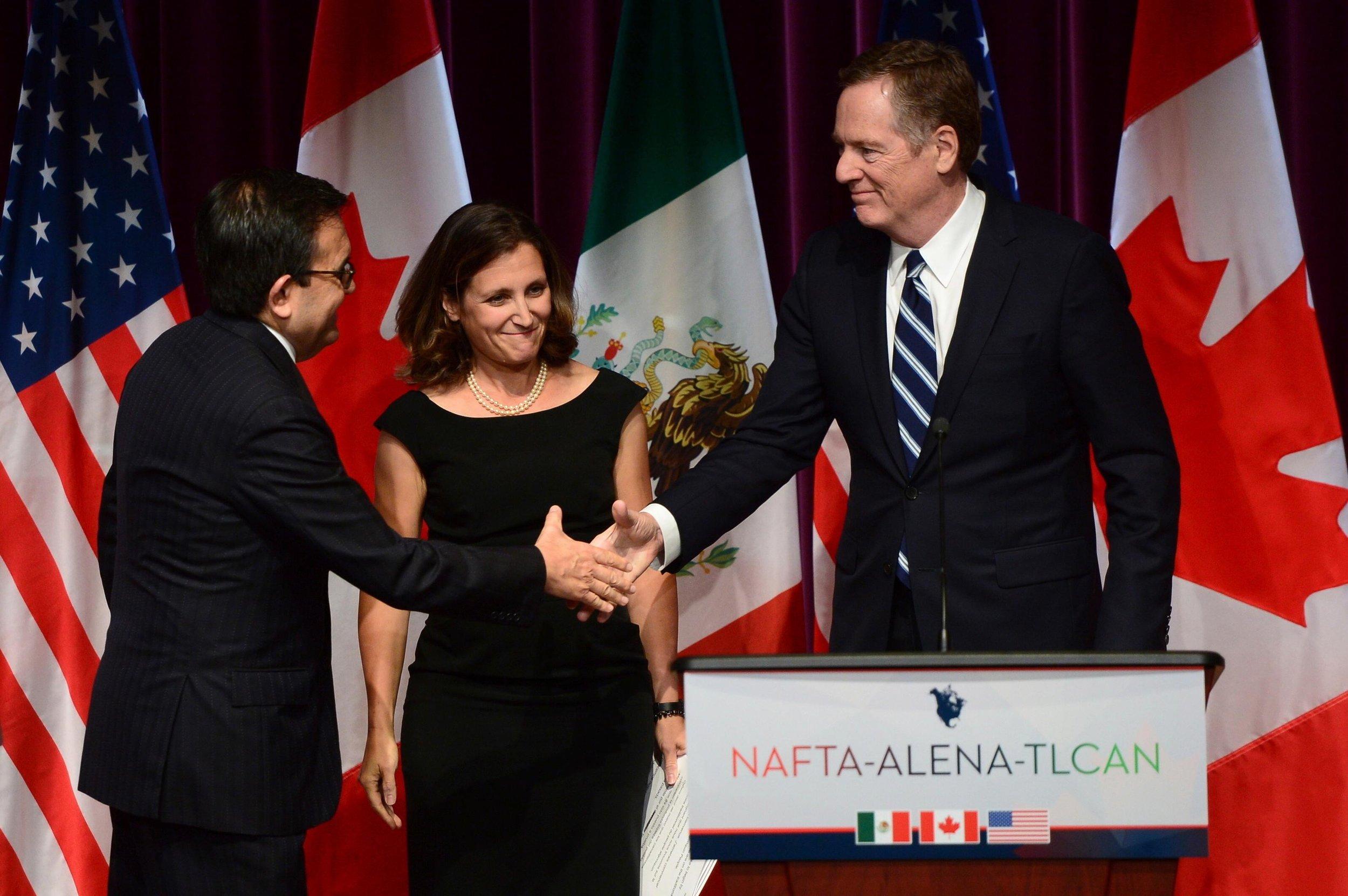 Mexico's Secretary of Economy, Ildefonso Guajardo Villarreal, left, shakes hands with U.S. Trade Representative Robert Lighthizer. || Sean Kilpatrick, AP.
