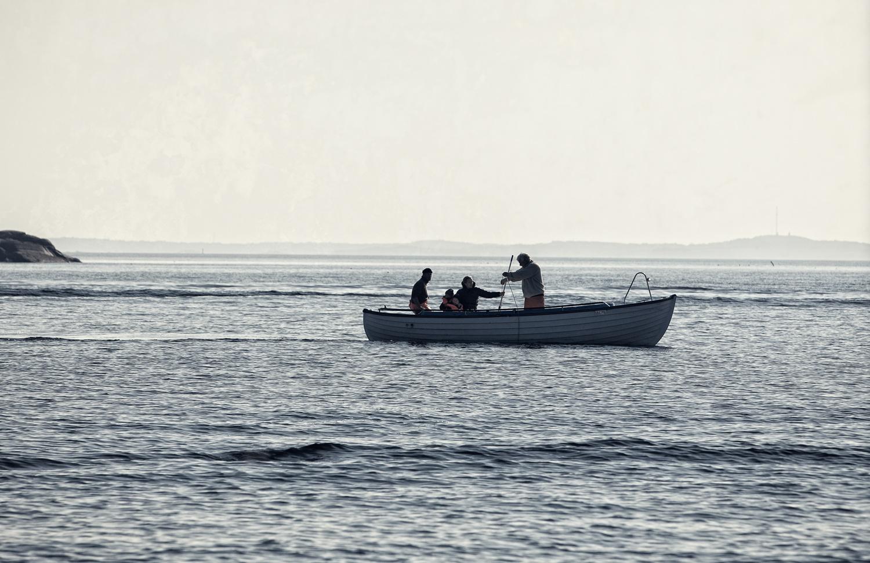 Hummerfiske utenfor Skjærhalden på Hvaler. Et typisk syn under hummerfisket på Hvaler - 3 generasjoner i én og samme båt på jakt etter havets sorte gull .