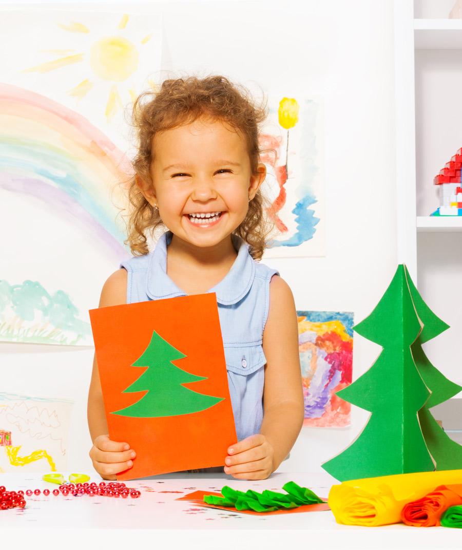 Barnas kulturprogram: juleverksted - Vi åpner foajeen i kulturhuset og fyller et langt bord med materialer det bareer å boltre seg i. Glitter, fint papir, limstifter, stanseverktøy og sakser – her er det bare å slå seg løs!Les mer ➝