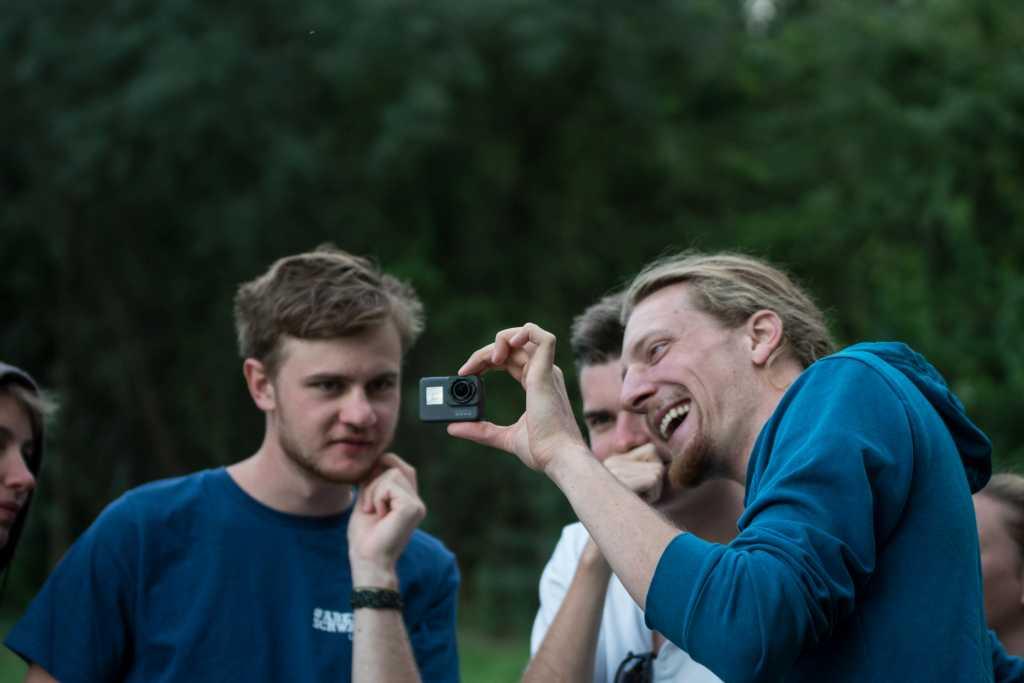 Nikolaj (rechts) zeigt seine ersten Tauchaufnahmen.