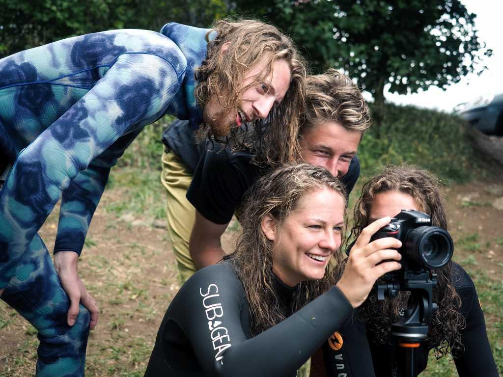 Sophie mit den anderen Camp Teilnehmern beim Betrachten der Fotos des Tages.