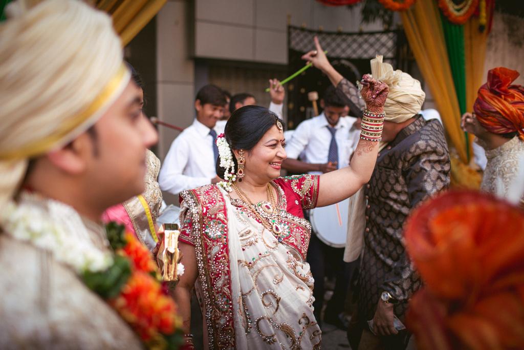 into-candid-photography-hindu-wedding-mumbai-ks-15.jpg