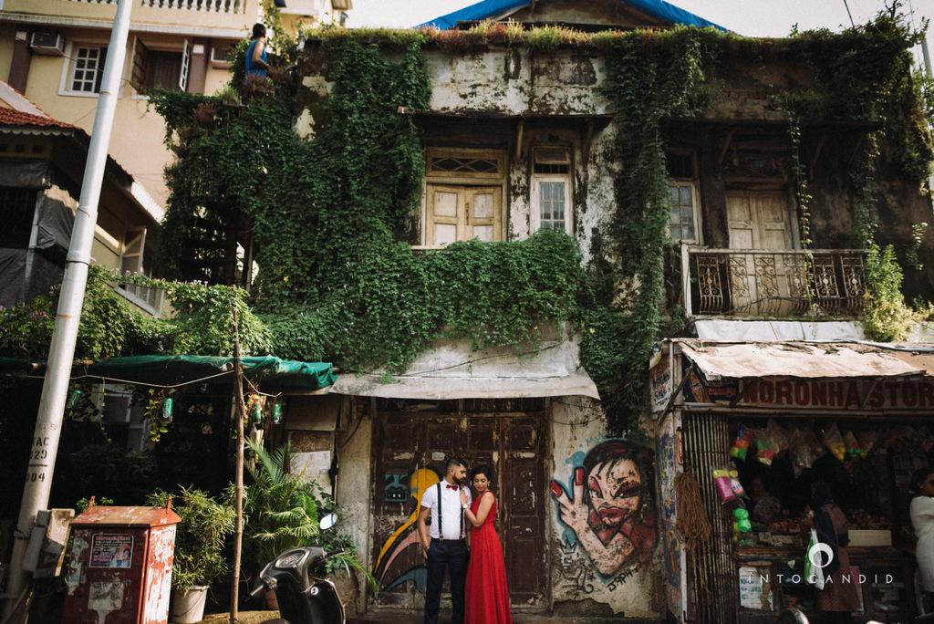 mumbai-street-prewedding-session-intocandid-wedding-photographer-ankitavikrant-09.jpg