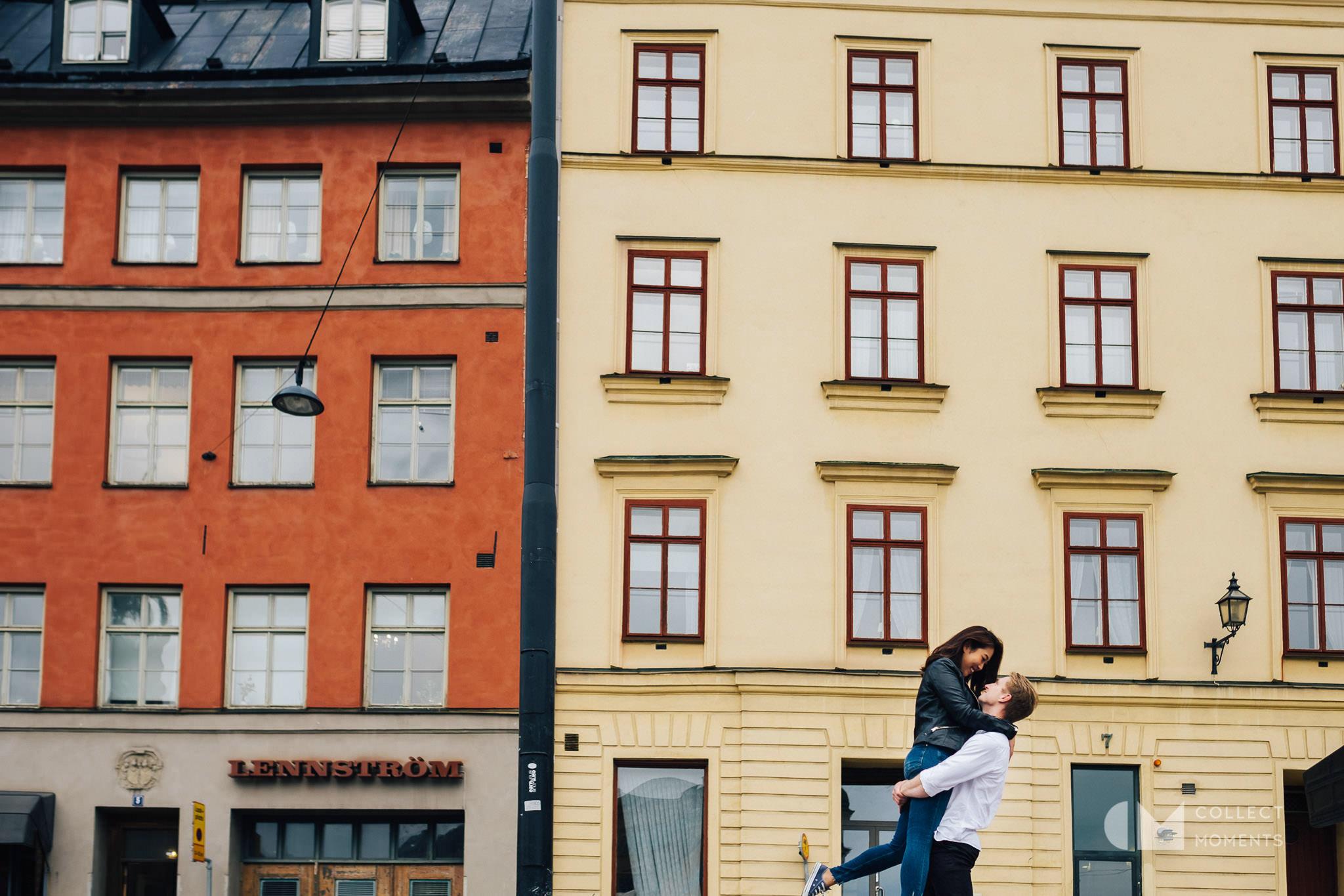 北欧の町並みをバックにエンゲージメントフォト撮影