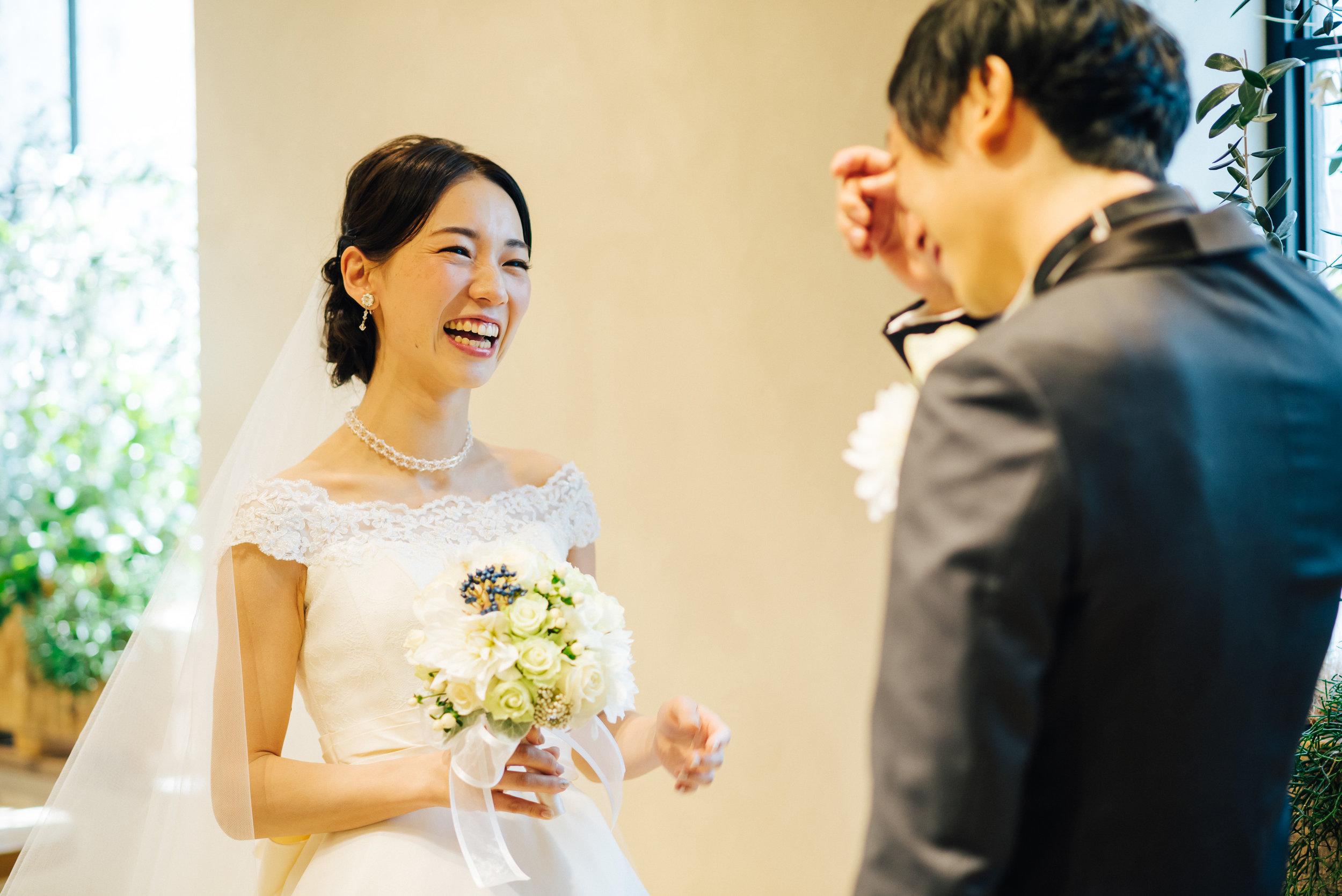 はじめてご覧になる、大好きなひとの花嫁姿。お二人らしさがぎゅっと詰まっています。