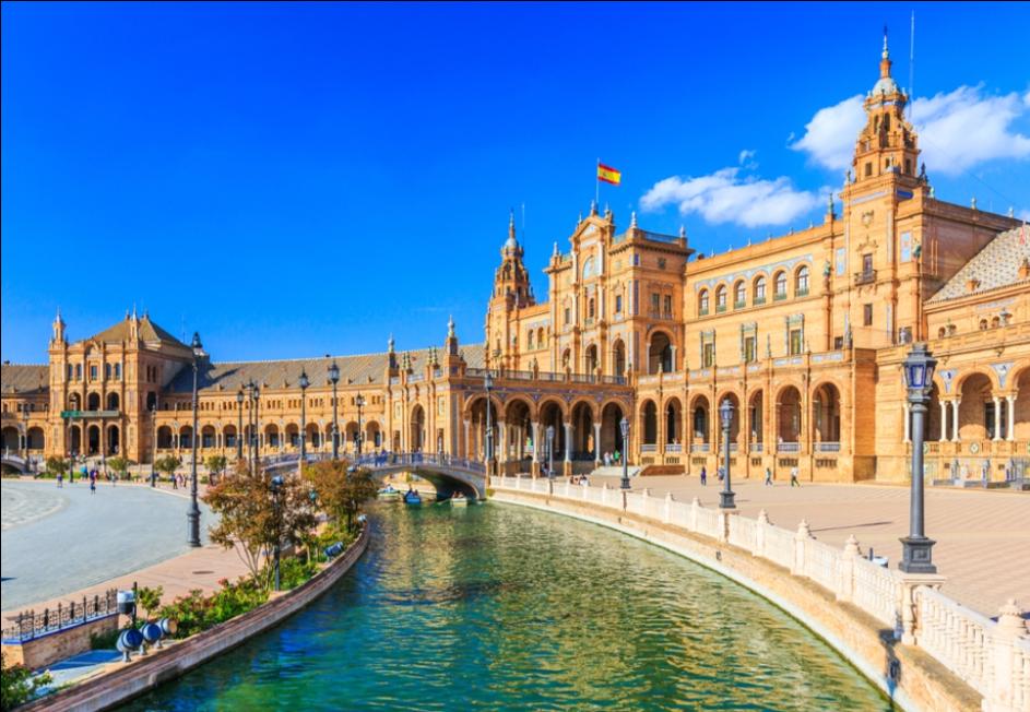 Andaluzja to największy hiszpański region pełen gorącego słońca, flamenco, korridy i fiesty. Będąc na miejscu, wyraźnie odczuwa się tysiąclecia bujnej historii, podczas której kultura hiszpańska mieszała się z arabską. Dzięki zróżnicowanemu terenowi i obfitej roślinności południe Hiszpanii słynie również z pięknego krajobrazu.  Stolicą Andaluzji jest znana z niezwykłych zabytków  Sewilla . Do głównych atrakcji miasta należy przede wszystkim pałac królewski Alkazar, którego historia sięga XI w. Kolejnym symbolem Sewilli jest Katedra Najświętszej Marii Panny, która jest największym gotyckim kościołem na świecie. W środku świątyni znajduje się grobowiec Krzysztofa Kolumba. Turyści chętnie odwiedzają także arenę walk byków, czyli amfiteatr mieszczący ponad 12 tysięcy widzów z muzeum corridy.