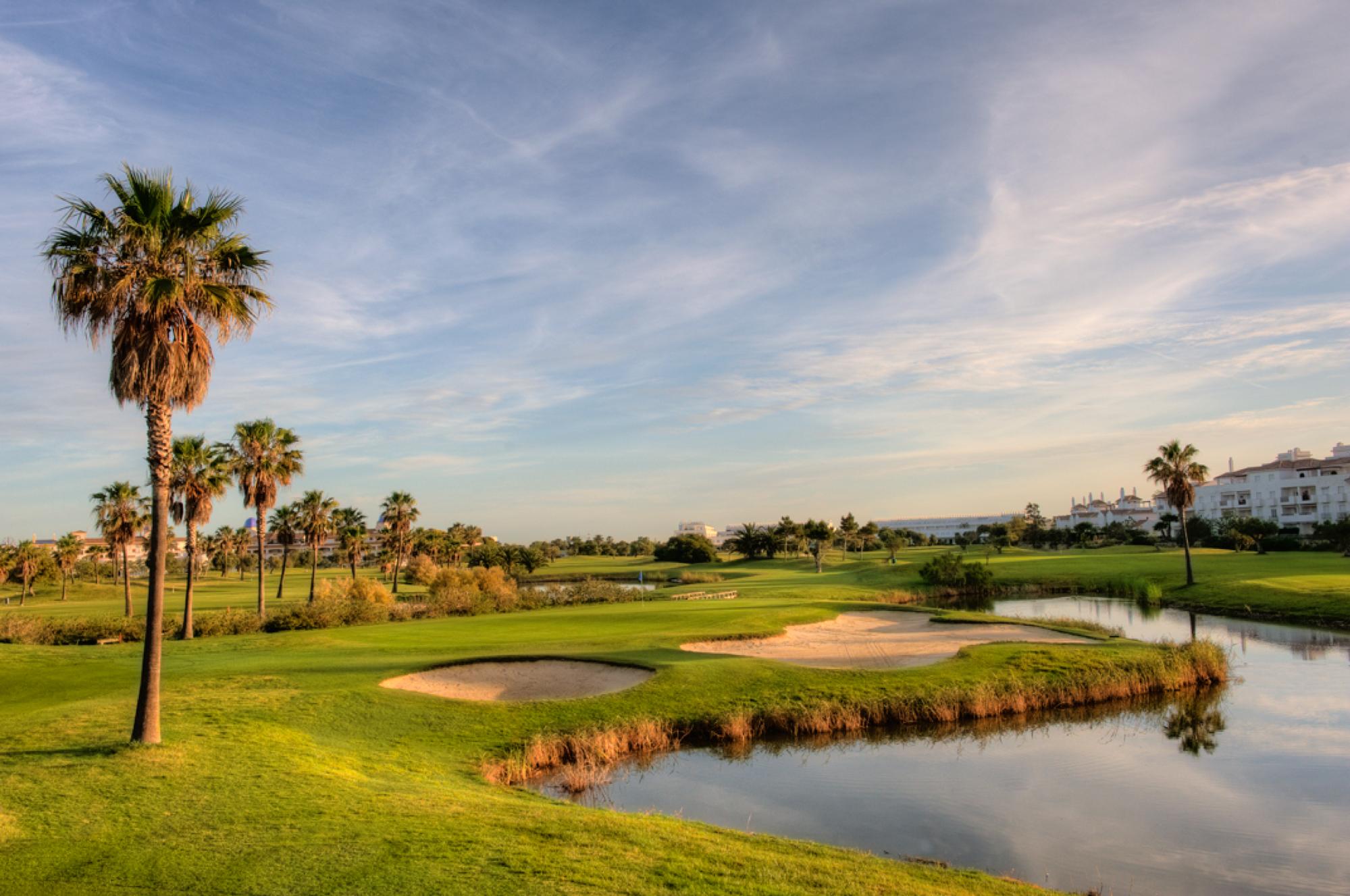 Costa Ballena Ocean to przepiękne pole zaprojektowane przez José María Olazábala. Usytuowane jest na słonecznym południowym wybrzeżu Atlantyku. Pole ma bardzo intrygujący układ i 27 mistrzowskich dołków z pofalowanymi fairwayami, okazałymi palmami, licznymi jeziorami i bunkrami. Testuje golfistów o różnych handicapach, gwarantując, że gra na nim zapadnie na bardzo długo w pamięci.