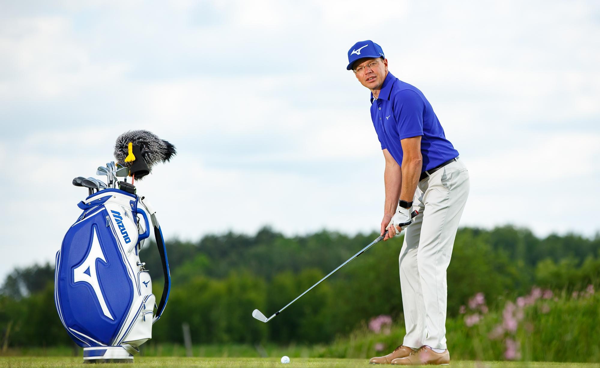 """W golfa gra od 10. roku życia, a od 15 lat jest utytułowanym trenerem PGA Fully Qualified Golf Professional. Zwycięzca licznych turniejów amatorskich i zawodowych, wielokrotny kapitan Klubowego Mistrza Polski – Sobienie Królewskie G&CC. Wieloletni członek zarządu PGA Polska, a także autor artykułów do magazynu """"Golf&Roll"""". Adam od wielu lat szkoli zarówno początkujących, jak i zaawansowanych golfistów, cały czas doskonaląc swój własny warsztat trenerski, chociażby przez udział w dodatkowych szkoleniach organizowanych w ramach CPD (Continuing Professional Development)."""