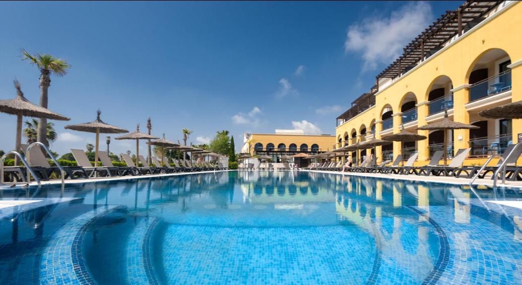 Niedawno odnowiony hotel  Barceló Costa Ballena Golf & Spa  położony jest na wybrzeżu Costa Ballena, pomiędzy miejscowościami Rota i Chipiona, w samym sercu  Costa de la Luz .
