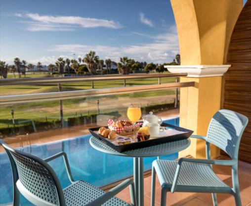 W pełni odnowione i zmodernizowane pokoje w hotelu są niezwykle przestronne i jasne. Każdy z nich wyposażony jest w WiFi, klimatyzację i telewizję oraz ma przyjemny taras z widokiem na ocean i pole golfowe. Hotel serwuje różnorodną, wysokiej jakości kuchnię. Wysublimowane potrawy przygotowane z najwyższą starannością opierają się na lokalnych produktach.