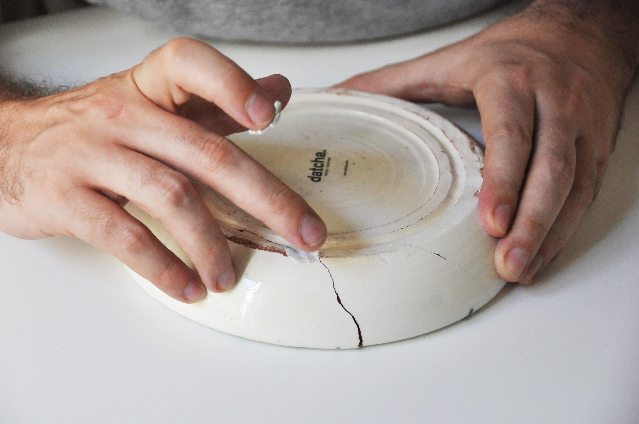 Etape 3 : Combler les fissures et les manques à l'aide d'une pâte collante pour réparations