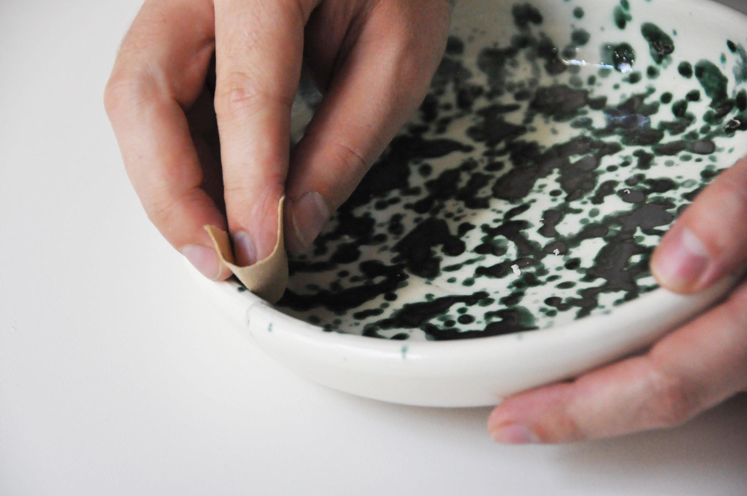 Etape 4 : Une fois la pâte sèche, poncer à l'aide d'un papier de verre très fin afin d'obtenir une surface lisse