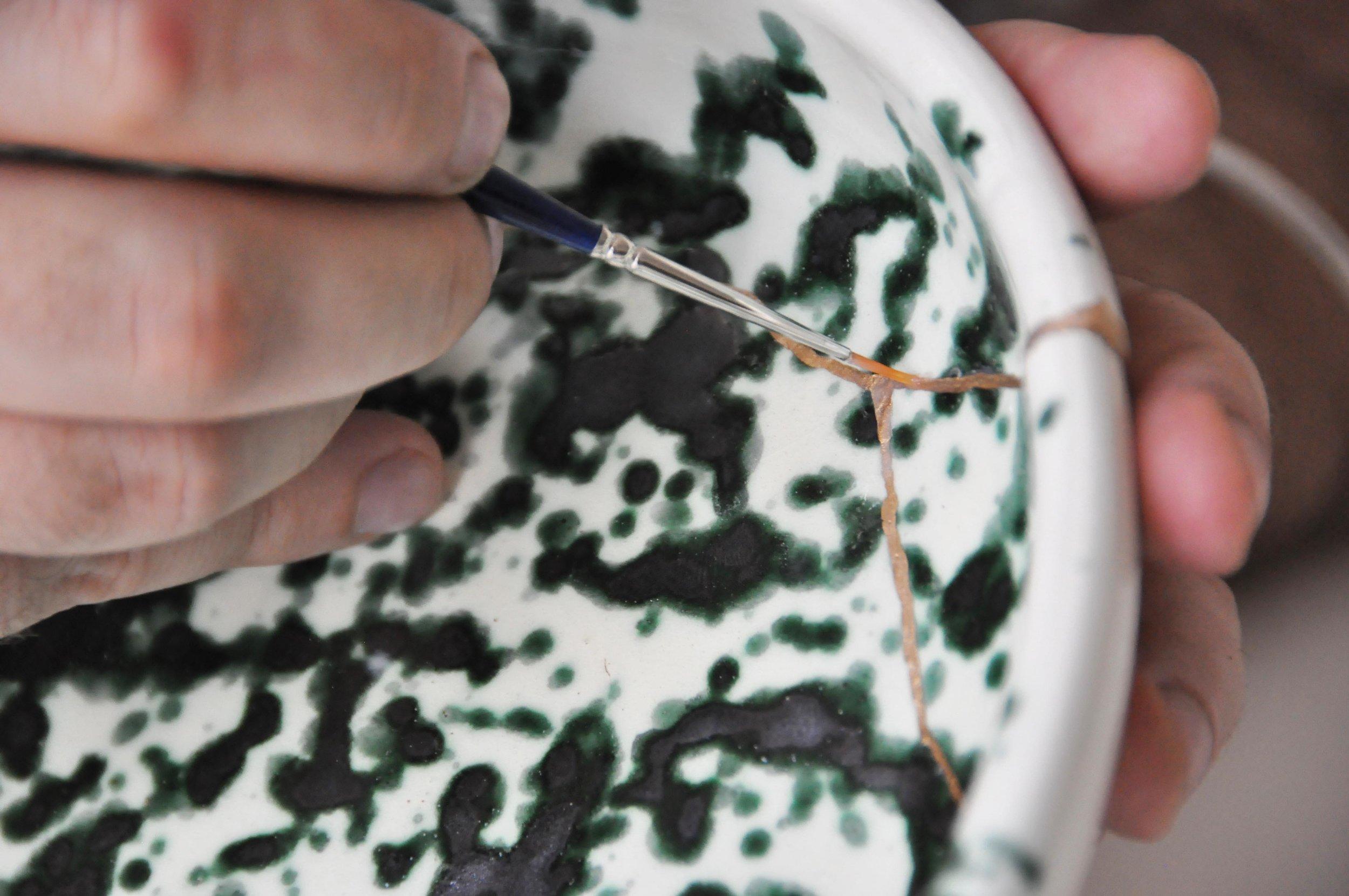 Etape 5 : A l'aide d'un pinceau fin, appliquer sur la réparation de la dorure liquide puis du vernis alimentaire incolore