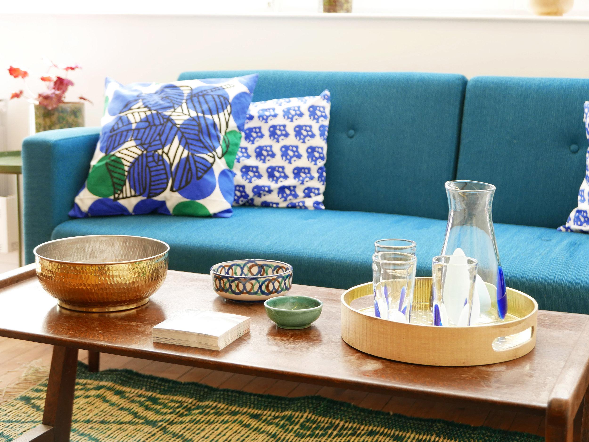 Datcha - collection Mogador. Saladier laiton doré, verre soufflé, coussin bleu vert motif palme