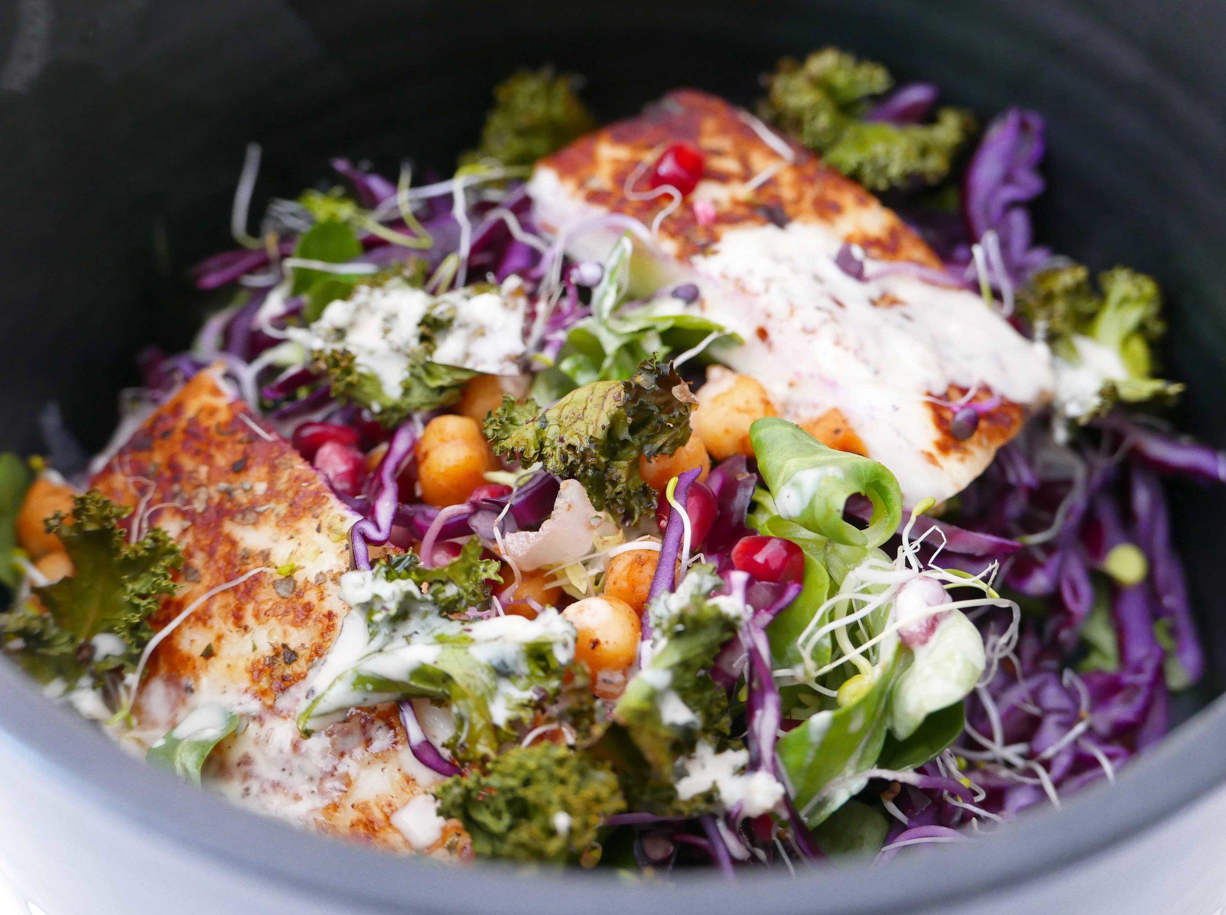 Recette de printemps : Salade colorée, halloumi grillé et vinaigrette crèmeuse au tahini