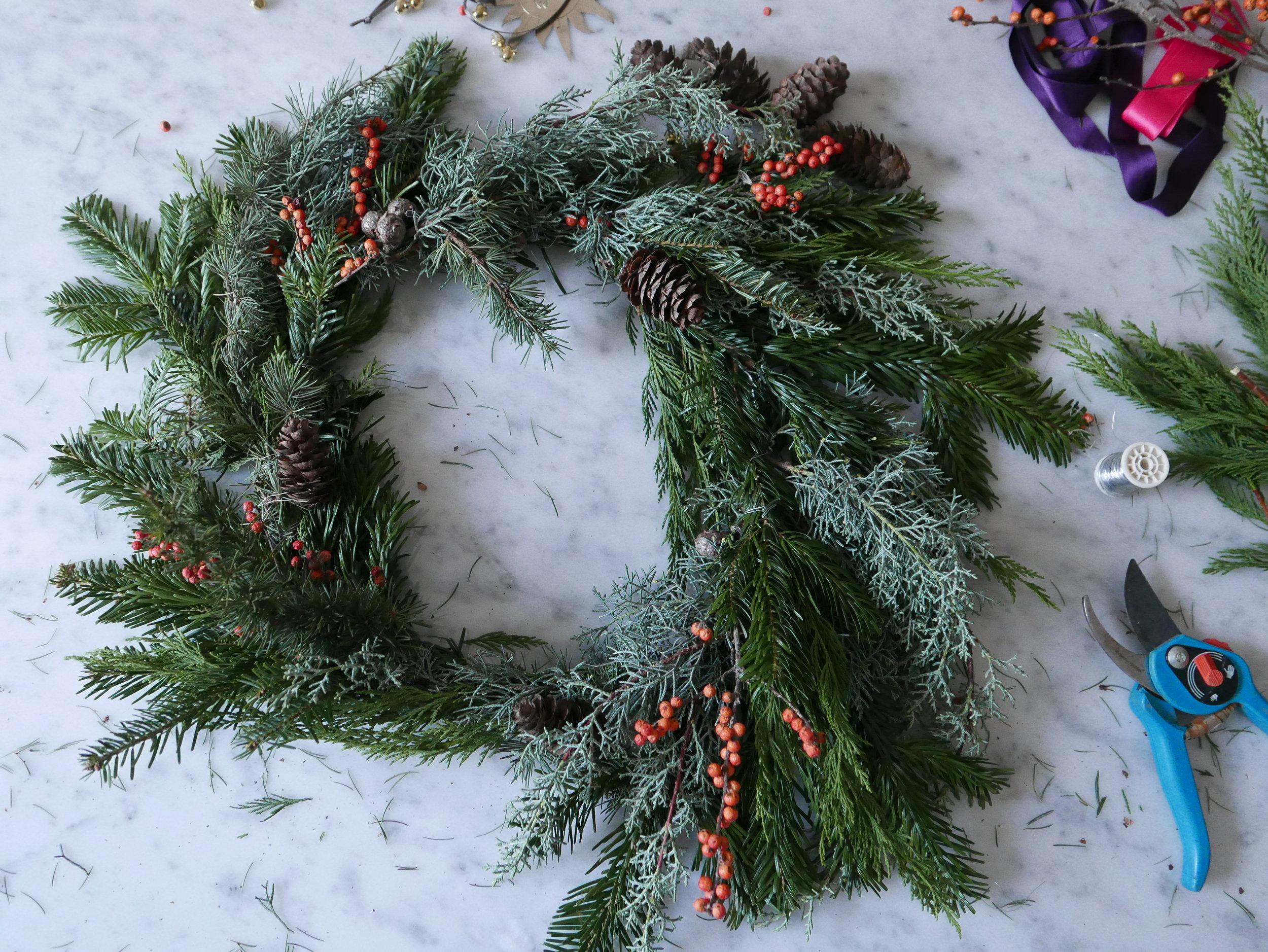 Couronne de Noël en feuillage naturel. Assemblage. Datcha