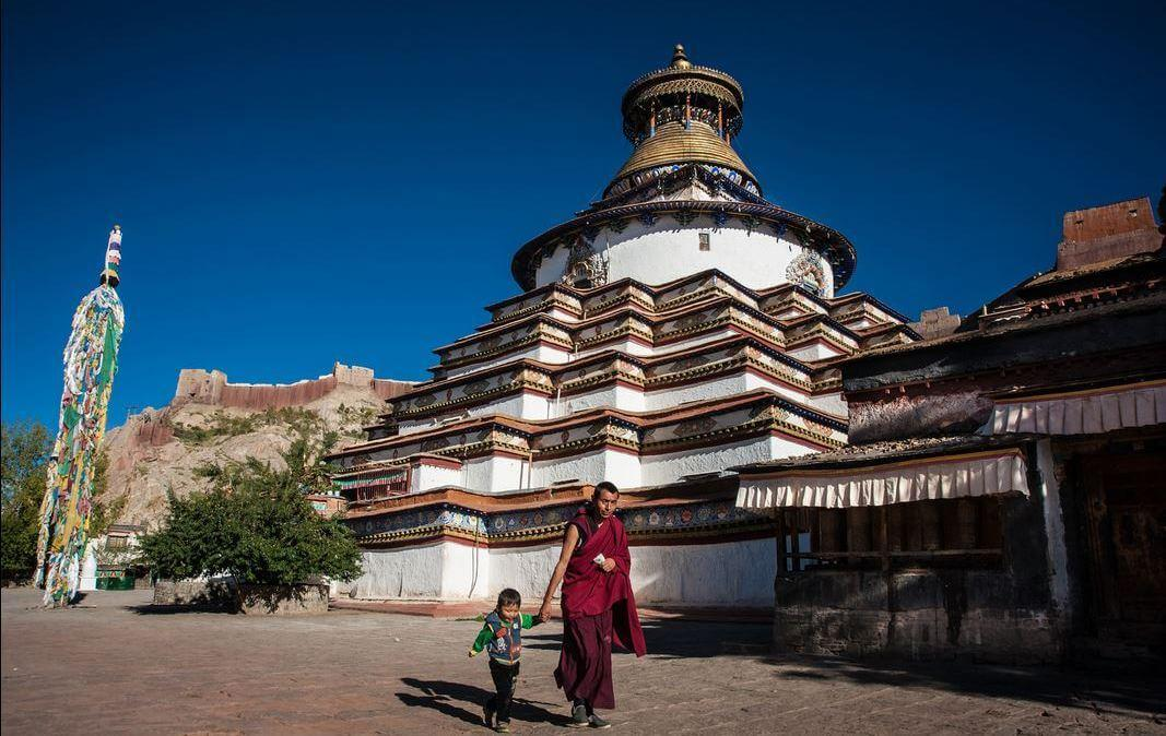 The tiered Kumbum of the Palcho Monastery, the largest chörten in Tibet.