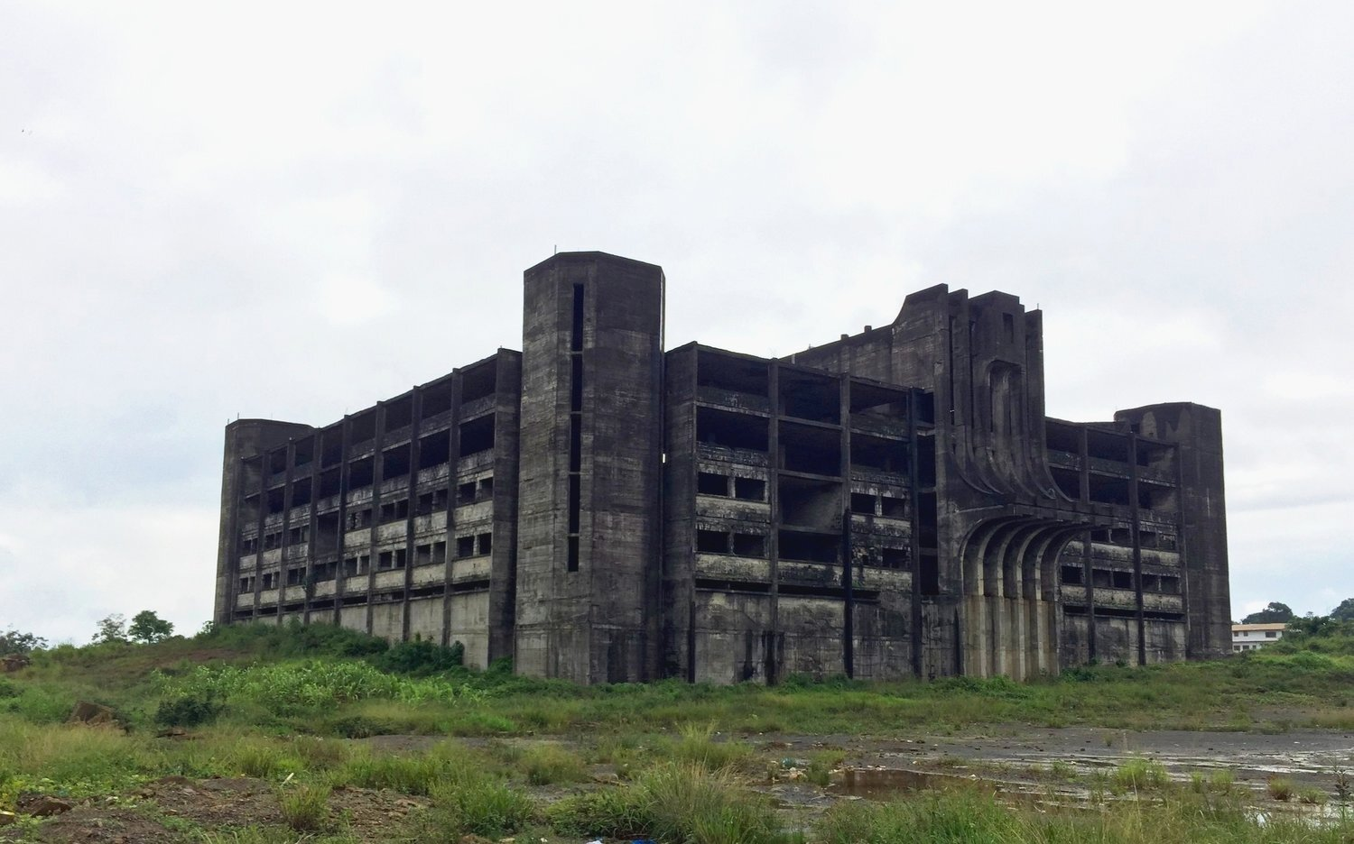 The unfinished ministry of defense building in Monrovia (2016). The building has since been torn down to make way for new ministry buildings.