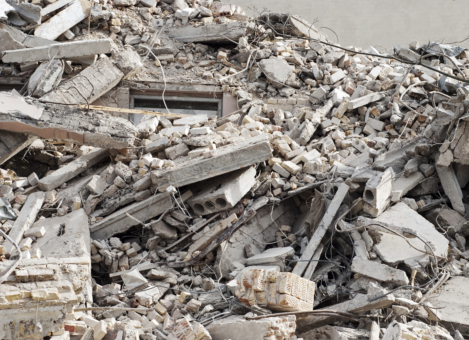 What-can-cause-debris-to-fall-on-a-construction-site.jpg