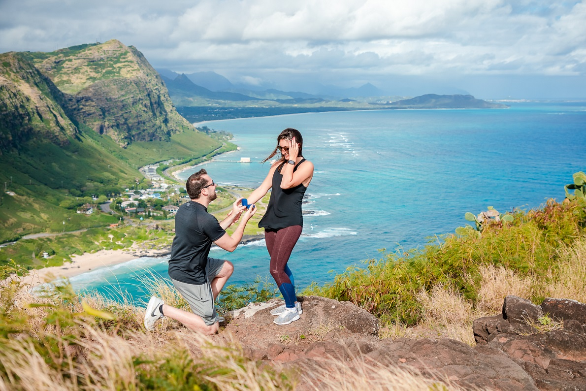 couples adventure hiking marriage proposal engagment oahu hawaii