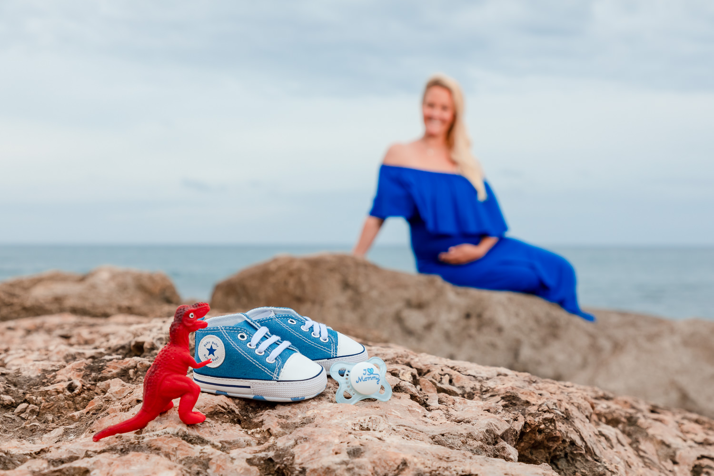 babymoon portrait maui lahaina hawaii ocean shoreline