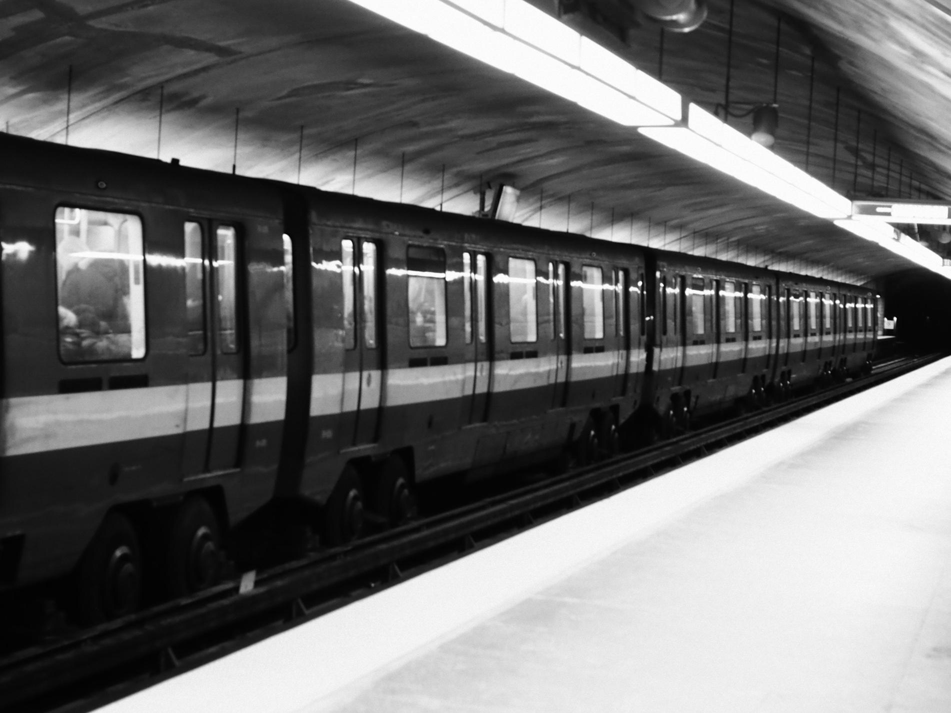 lenoxshotit photography montreal subway.jpg