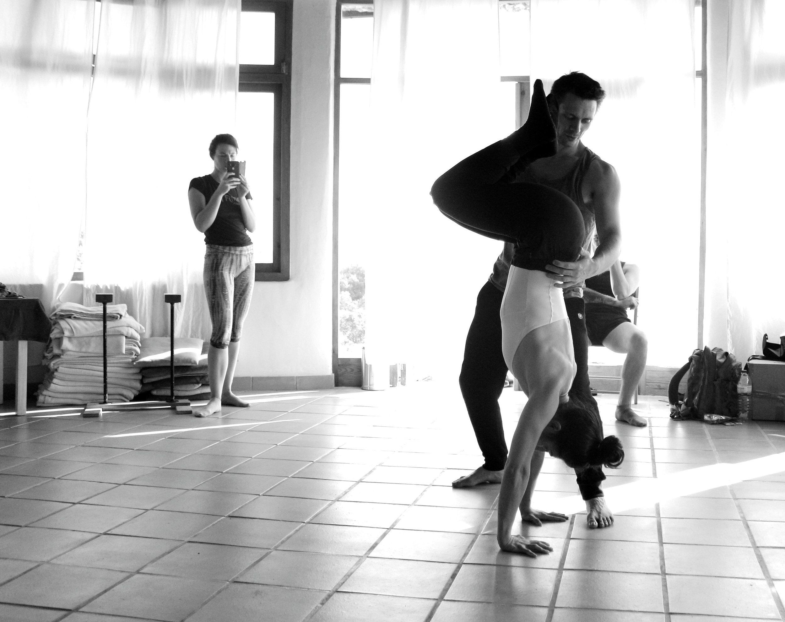 Inertia Retreat Saturday Afternoon_Mikael Handbalancing_Seve_16.jpg